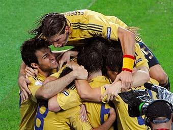 Испанцы празднуют гол в ворота